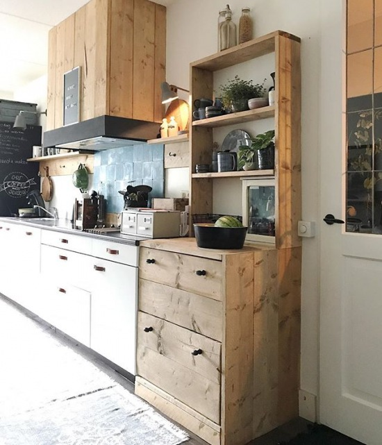 Drewniane Meble I Białe Szafki W Kuchni Zdjęcie W Serwisie