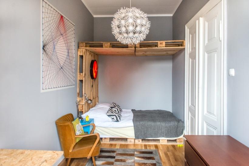 Eklektyczna Sypialnia Z Drewnianym łóżkiem Z Palet Zdjęcie