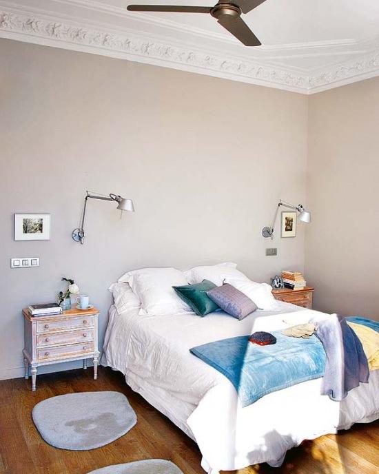 Niebieskie Dodatki W Beżowej Sypialni Zdjęcie W Serwisie