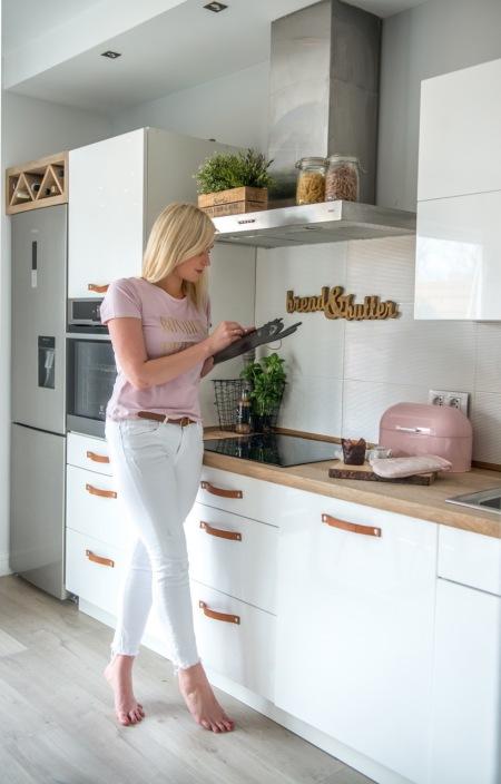 Pastelowe I Drewniane Dodatki W Kuchni Z Białymi Zdjęcie W