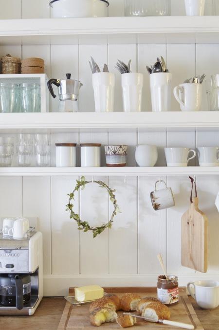 Białe Otwarte Półki W Kuchni W Stylu Rustykalnym Zdjęcie W
