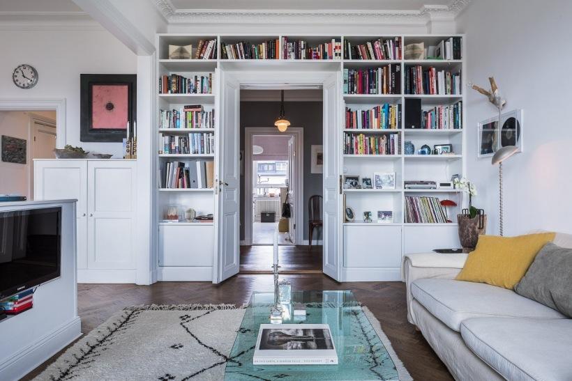 Domowa Biblioteczka W Białym Wysokim Salonie Zdjęcie W Serwisie