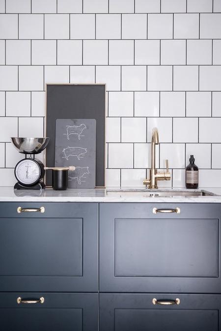 Złote Uchwyty I Kran W Kuchni Z Grafitowymi Zdjęcie W