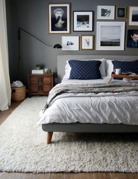 Aranżacja Sypialni Z Szarym łóżkiem I Drewnianą Zdjęcie W Serwisie