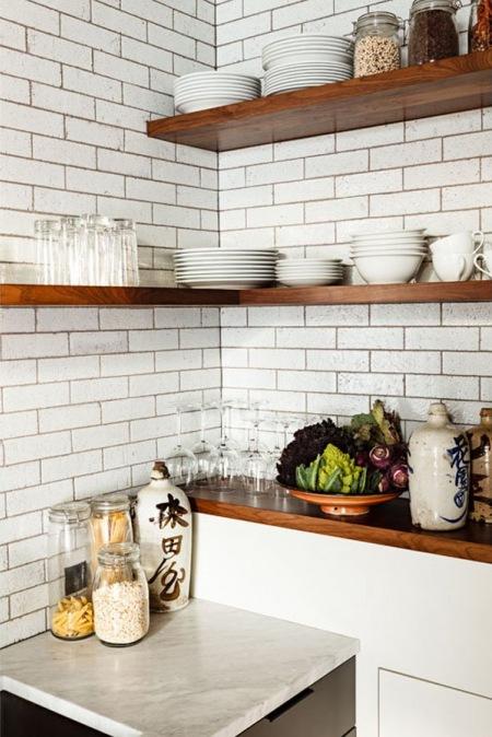 Biała Cegła I Drewniane Półki W Kuchni Zdjęcie W Serwisie