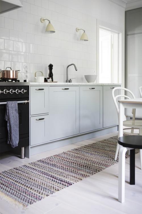 Aranżacja kuchni z jadalnią z szarymi szafkami i białą podłogą w eklektycznym stylu