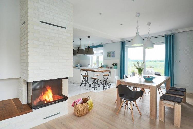 Bardzo przyjemny projekt jednorodzinnego domu z otwartą przestrzeni z niebieskimi dodatkami
