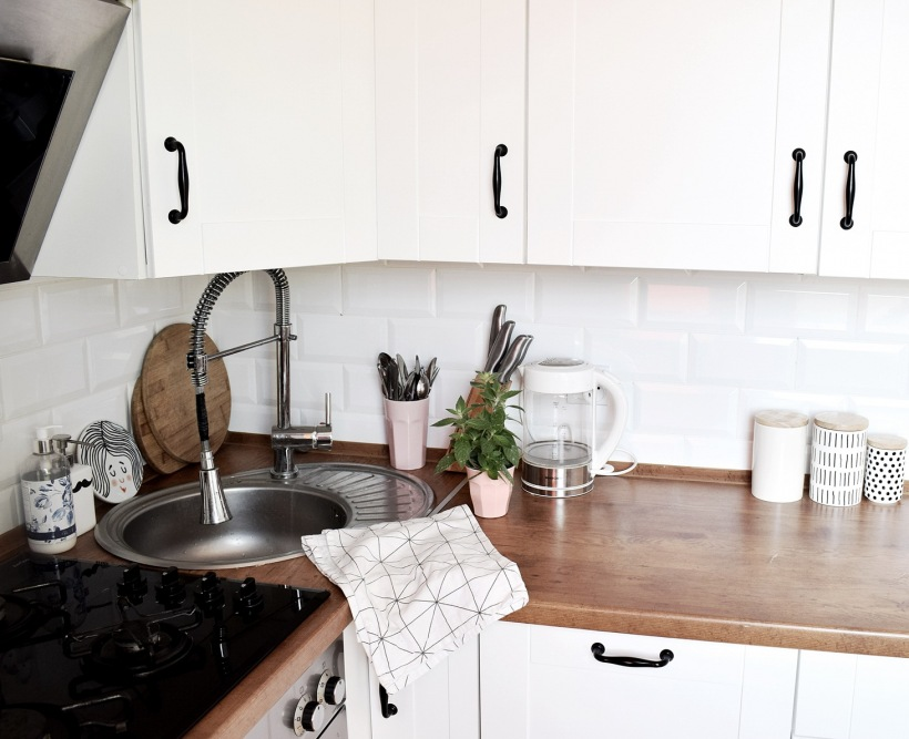 Biała Zabudowa Z Drewnianym Blatem W Kuchni Zdjęcie W