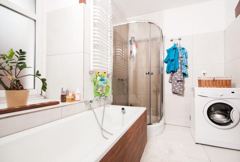 Drewniane Dodatki Do Białej łazienki Zdjęcie W Serwisie