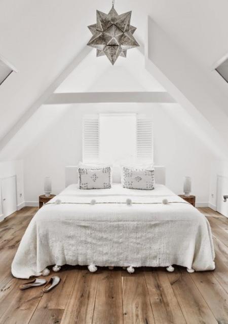 Biała Sypialnia Na Wysokim Poddaszu Zdjęcie W Serwisie