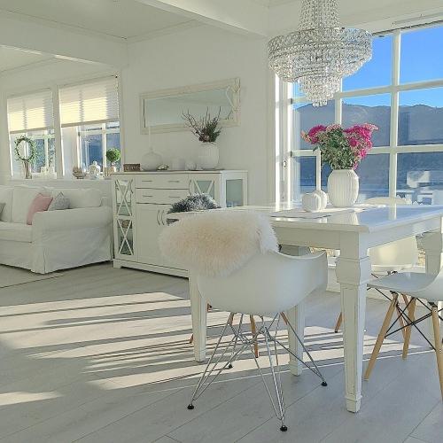 Wnętrza tygodnia z instagramu, czyli aranżacja białego domu z jadalnią z pięknym widokiem na wodę!