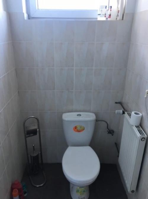 Jak wyremontowałam małą toaletę w swoim biurze bez skuwania płytek?