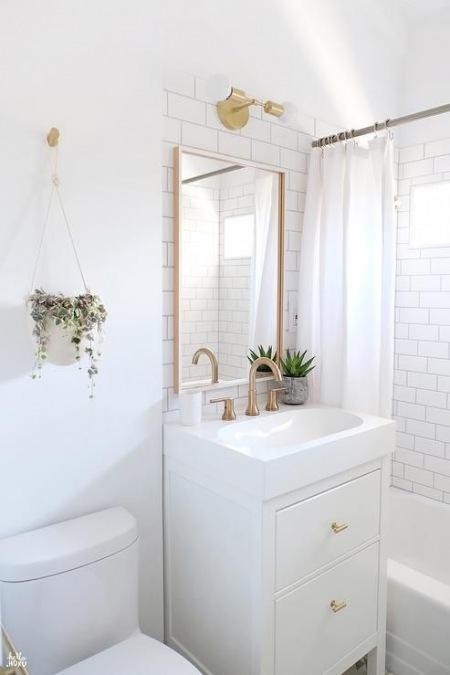 Złote Dodatki Do Małej Białej łazienki Zdjęcie W Serwisie