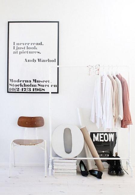 Plakat Andy Warhola Na Białej ścianie W Przedpokoju
