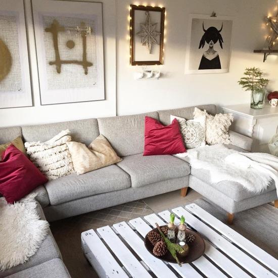 Dekoracje ścienne I Szara Sofa W Aranżacji Salonu Zdjęcie W