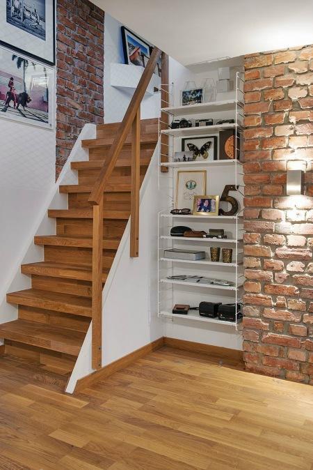 Super Ściana z cegły przy schodach w przedpokoju - zdjęcie w serwisie VV52