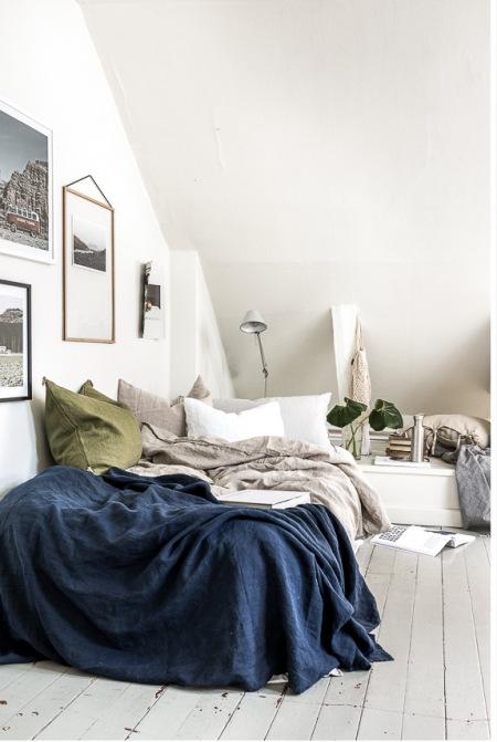 Galeria ścienna W Białej Sypialni Na Poddaszu Zdjęcie W