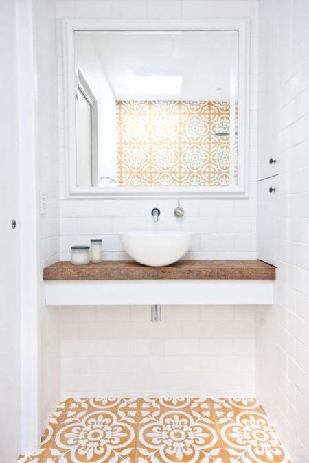 Mała łazienka W Bieli Ze Wzorzystą Podłogą Zdjęcie W