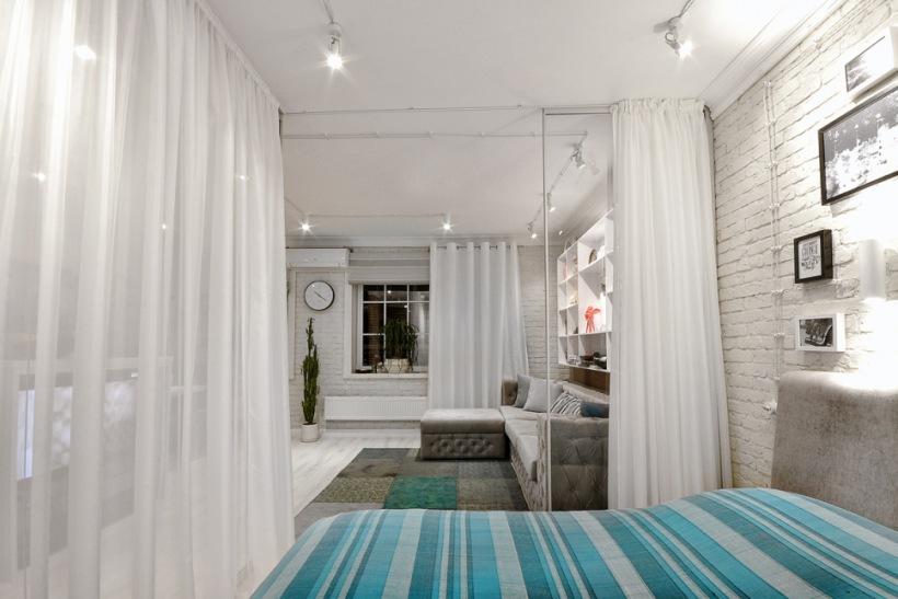 Sypialnia Oddzielona Od Salonu Białymi Firanami Zdjęcie W