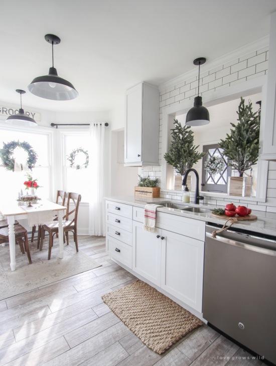 Drewniana Podłoga W Białej Kuchni Z Jadalnią Zdjęcie W
