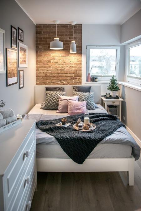 Aranżacja Małej Sypialni Z Białymi Meblami Zdjęcie W