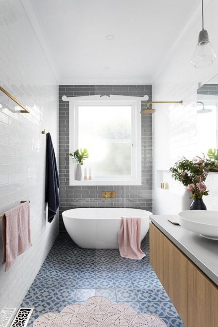 Wąska łazienka Z Kubełkową Wanną Zdjęcie W Serwisie