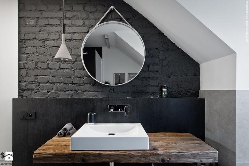 łazienka Pod Skosem Z Czarnymi Cegłami Zdjęcie W Serwisie