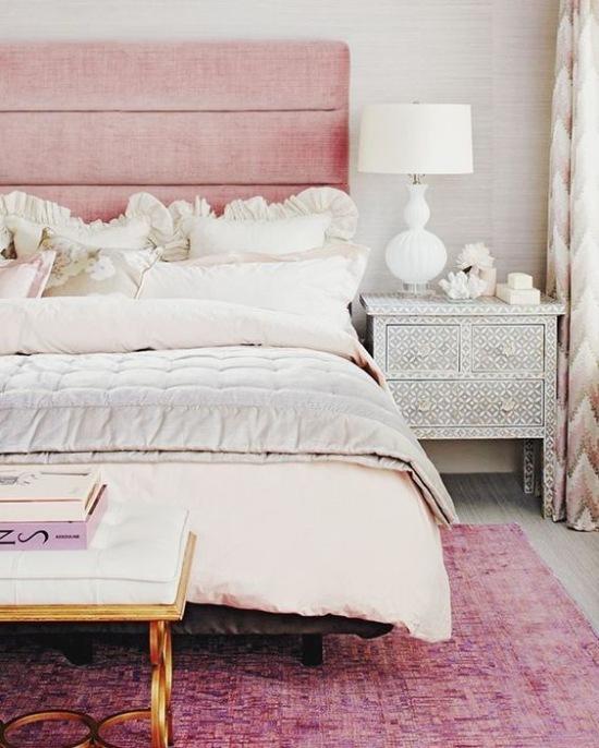 Różowa Sypialnia Z Romantycznymi Dodatkami Zdjęcie W