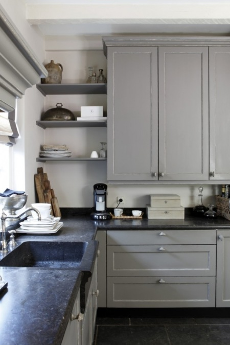 Klasyczna Kuchnia W Szarym Kolorze Z Kamiennym Zdjęcie W