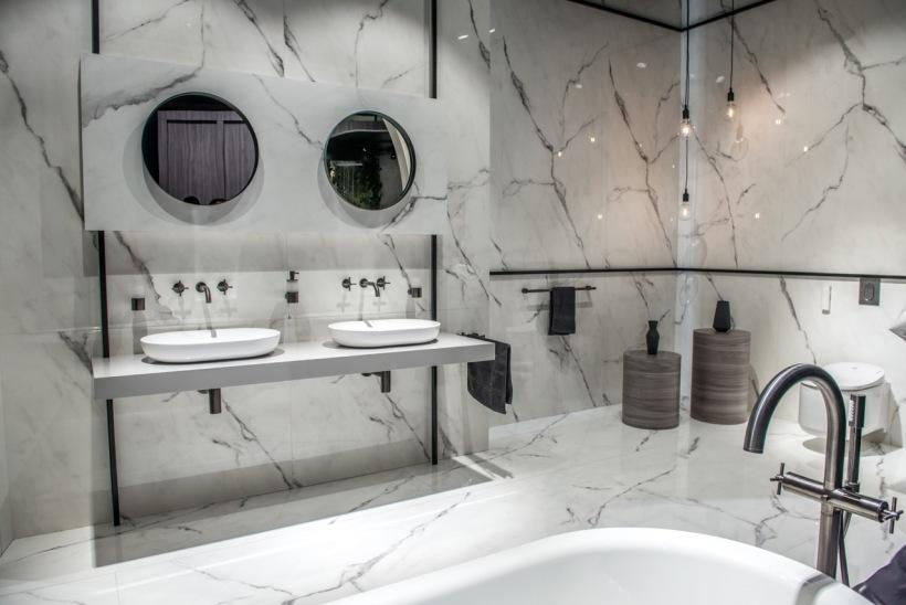 Biała łazienka Z Kamieniem I Dwoma Umywalkami Zdjęcie W