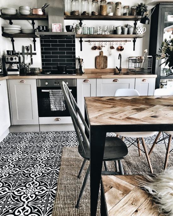Wzorzysta Mozaika Na Podłodze W Kuchni I Jadalni Zdjęcie W