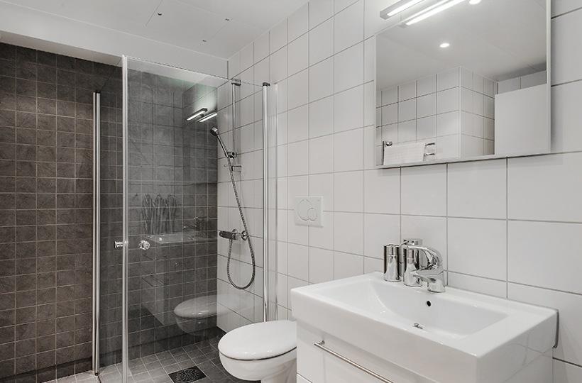 Dobrze Urządzona Szaro Biała łazienka Ze Zdjęcie W