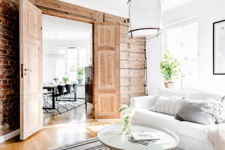 Skandynawskie przestronne mieszkanie z naturalnym drewnem i czerwonymi cegłami