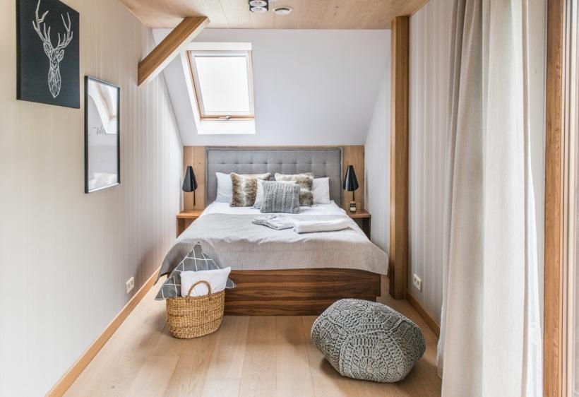 Mała Sypialnia Na Poddaszu Z Oknem Dachowym Zdjęcie W