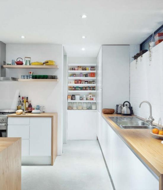 Białe Półki Pomiędzy Wysokimi Szafkami W Kuchni Zdjęcie W