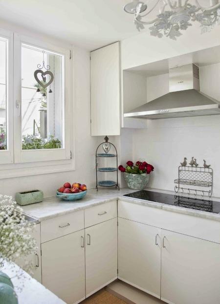 Biała Kuchnia Z Marmurowym Blatem I Z Kutymi Zdjęcie W