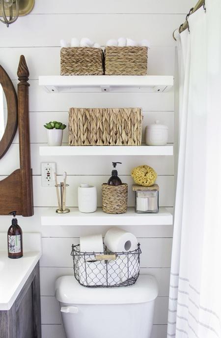 Otwarte Półki Z Wiklinowymi Koszykami W łazience Zdjęcie W