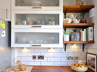 Drewniane Półki W Białej Kuchni Zdjęcie W Serwisie