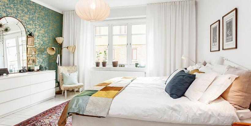 Kolorowe Dodatki W Białej Sypialni Zdjęcie W Serwisie