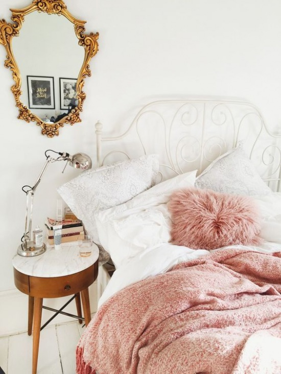 Aranżacja Białej Sypialni Ze Złotym Lustrem Zdjęcie W