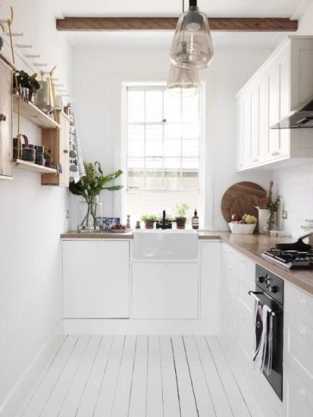 Mała I Wąska Kuchnia Z Białą Drewnianą Podłogą Zdjęcie W