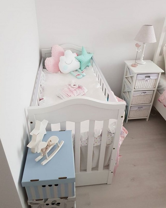łóżeczko Dziecięce W Aranżacji Pastelowej Sypialni Zdjęcie