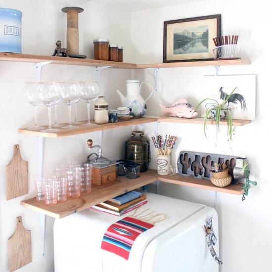 Drewniane Narożne Półki W Aranżacji Kuchni Zdjęcie W