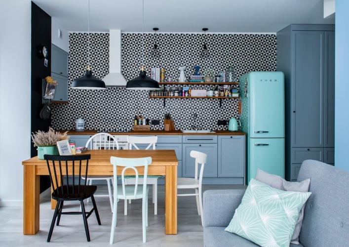 Inspirująca i oryginalna aranżacja mieszkania w błękicie i szarości z czarnymi dodatkami