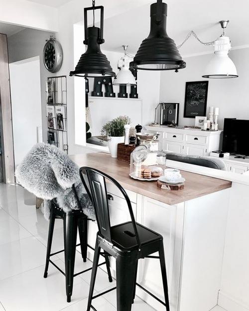 Wnętrza tygodnia z instagramu, czyli polska aranżacja białego mieszkania z czarnymi dodatkami w eklektycznym stylu