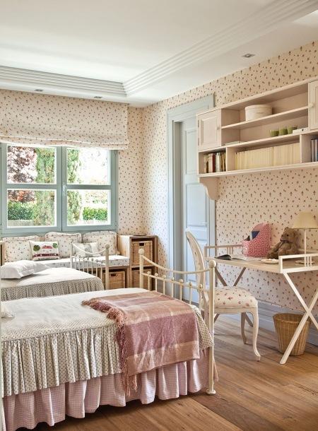 Kremowo Różowa Sypialnia W Angielskim Stylu Zdjęcie W