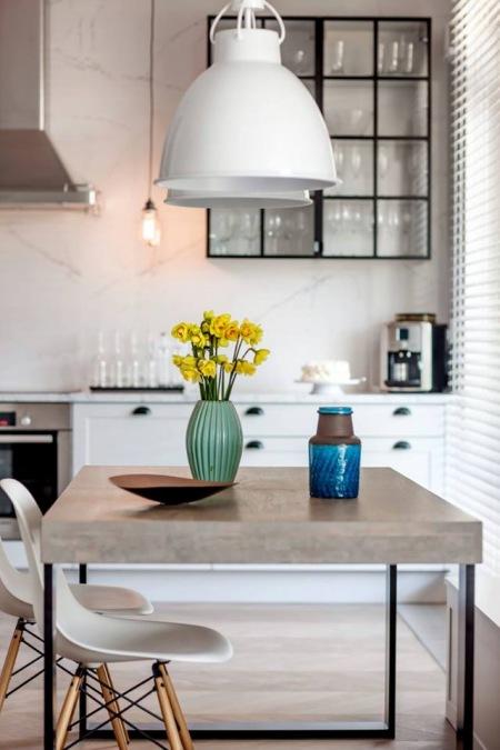 Industrialne Lampy Oraz Skandynawskie Krzesła Zdjęcie W