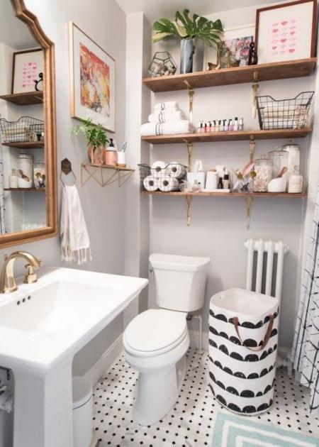 Drewniane Półki W Małej łazience Zdjęcie W Serwisie