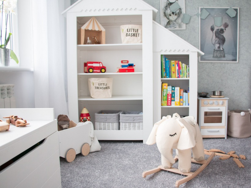 Białe Regały W Kształcie Domku W Pokoju Dziecięcym Zdjęcie W