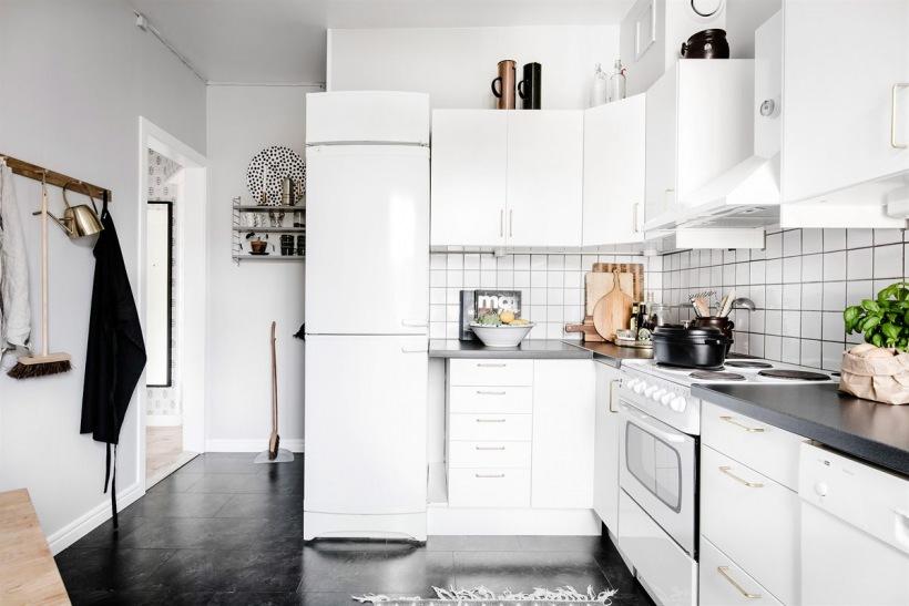 Czarna Podłoga I Blat W Białej Kuchni Zdjęcie W Serwisie